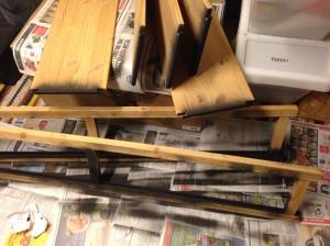 Ehostus alkamassa. Metalliosat ja pystypuiden raot maalattu spray-maalilla.