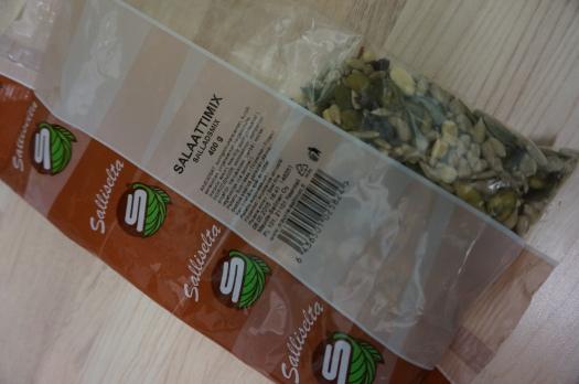 Sallisen siemensekoitus (salaattimix) sisältää auringonkukansiemeniä, kurpitsansiemeniä, pinjansiemeniä ja karpalorouhetta.
