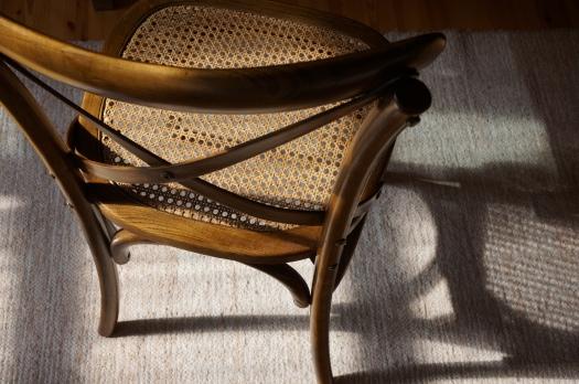 Huonekalukaupan poistonurkasta pelastettu tuoli on kaunis kuin koru.