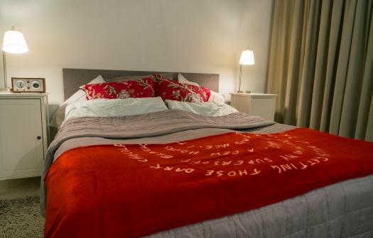 Makuuhuonekin sai ripauksen joulun punaista.